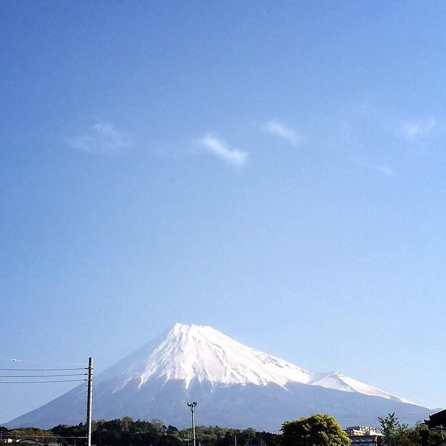 【今日も笑顔の1日であるために】おはようございます!見るだけで心のブロックが解除される、久しぶりにLIVE富士山をお届けです。昨日は私の誕生日にプレゼント、メッセージをありがとうございます! 「おめでとう」を私に向けて下さった、その瞬間は、あなたの中に私だけがいる。この生で、あなたの人生の中に関われた、交りあえた、繋がれた事、あついものがこみ上げてきました。ありがとうございます!