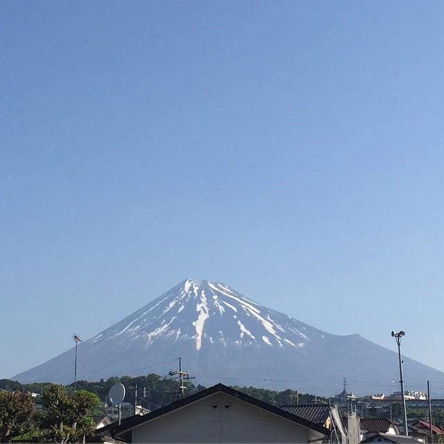 今朝の富士山と共に、おはようございます!ゴールデンウイークにふさわしい良いお天気、気持ちも気温も上がりそうデスね