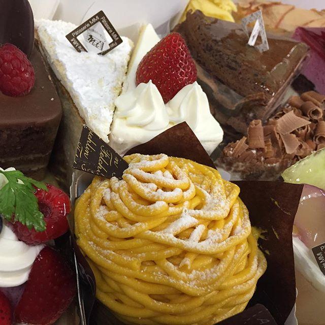 【うわ〜〜い♡どれにしよう?】洋菓子の家mimiのケーキをいただきました!箱を開けた瞬間からテンションも口角も上がりっぱなしです(≧∇≦)#食いしん坊くらぶ #美味しいものを食べると幸せ #ケーキ屋さんとパン屋さんと宝くじ売り場に怒っている人はいない