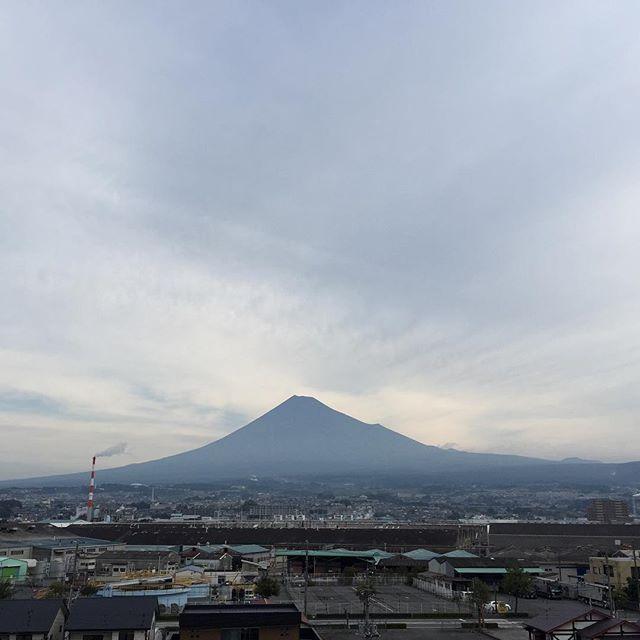 【見るとブロック解除されるLIVE富士山】おはようございます!寒い朝です。今日の服は何にしよう?ケーキどれにしよう?私たちは、幸福も不幸も自分で選べます♡ 「ありがとう」を100回言うからスタート今日も、あなたに「いいね!」がいっぱい、笑顔で暮らせる一日になります!#見るだけでブロック解除 #ありがとうの奇跡 #富士山