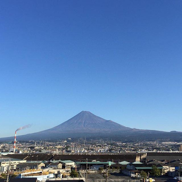 【見るとブロック解除されるLIVE富士山】山肌クッキリ見えてる富士山と共に、おはようございます!今日も、あなたに「いいね!」がいっぱい、笑顔で暮らせる一日になります!#見るだけでブロック解除 #富士山