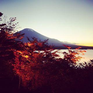 【見ると心のブロックが解除される富士山】今朝はLIVEは見えませんので美しい紅葉と富士山と共に、おはようございます!今日も、あなたに「いいね!」がいっぱい、しあわせに暮らせる一日になります!#富士山 #見るだけでブロック解除
