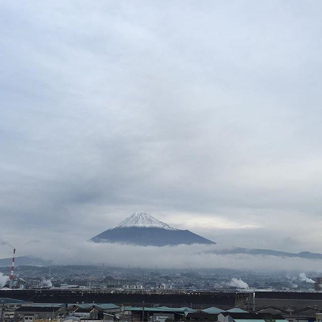 【見ると心のブロックが解除されるLIVE富士山】水墨画のような富士山と共におはようございます!他人に与える習慣を身につけると、あなた自身への評価も上がり、あなたの希望や願望も叶うようになります。笑顔とありがとうを与えます今日も、あなたに「いいね!」がいっぱい、しあわせに暮らせる一日になります!#富士山#見るだけでブロック解除